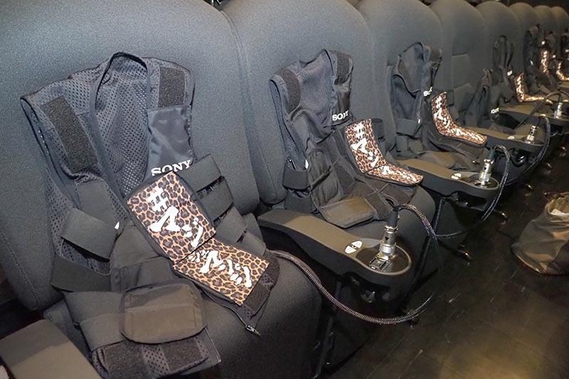 座席に置かれた「ハプティックベスト」を装着。なお、腕時計などは装着前に外すように案内された
