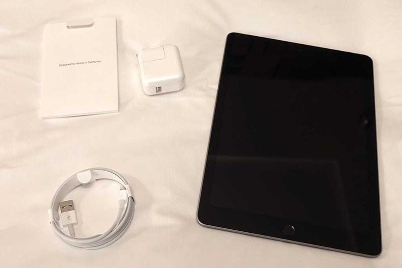 内容物。iPad本体・USB充電器(10W仕様)・Lightning−USB type Aケーブルと各種マニュアル。こちらもこれまでと同様だ