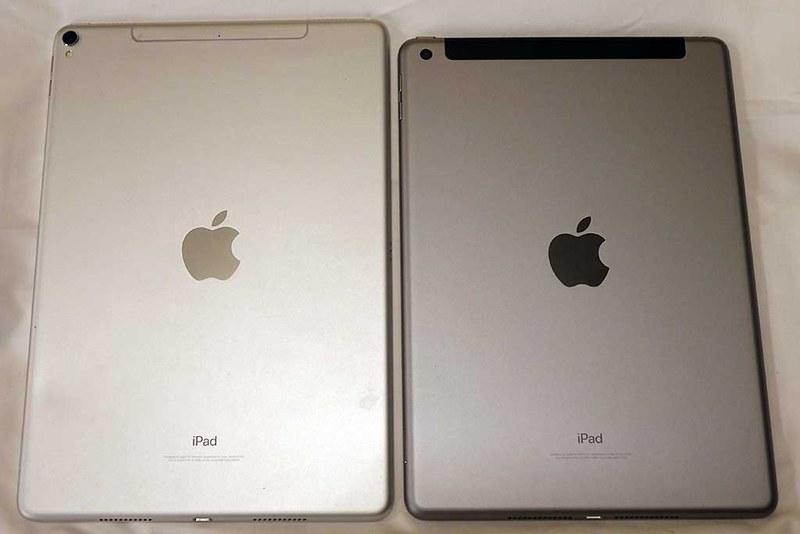 iPad Pro(2017年・シルバ−・10.5インチ)と、iPad(2018年・スペースグレイ・9.7インチ)を比較。iPad Proの方がひとまわり大きく、横のベゼルも細いものの、iPadが特に野暮ったく見えるわけではない