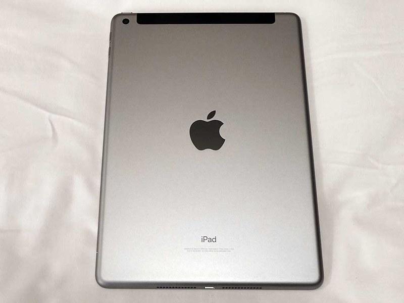 iPadの背面。セルラーモデルなので上部にLTEアンテナ内蔵を示す樹脂製の部分がある。