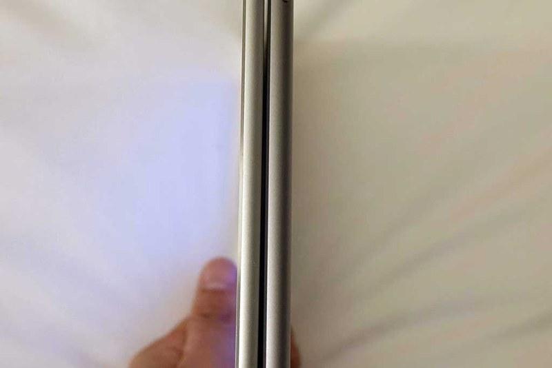 左側がiPad Pro、右側がiPad。厚みの違いは、手に持った時もっとも感じる違いと言えそうだ