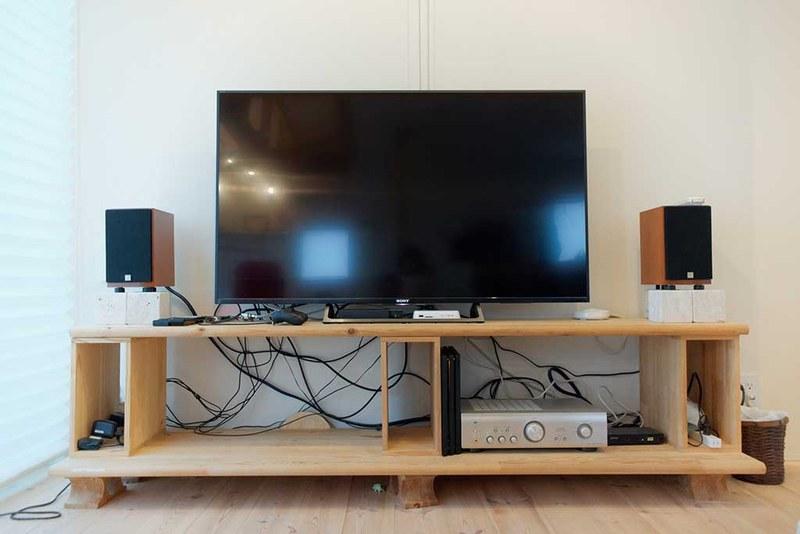 壁掛けテレビのメリットを活かしたいなら、ここまで大きなAVラックは不要のはず