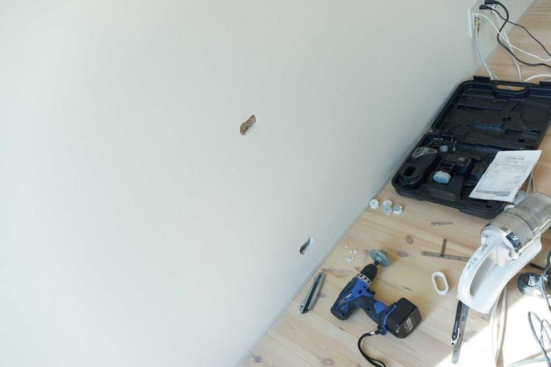 ケーブルを壁に通すために穴を開け、ケーブルを目立たなくするためのモールも用意したい
