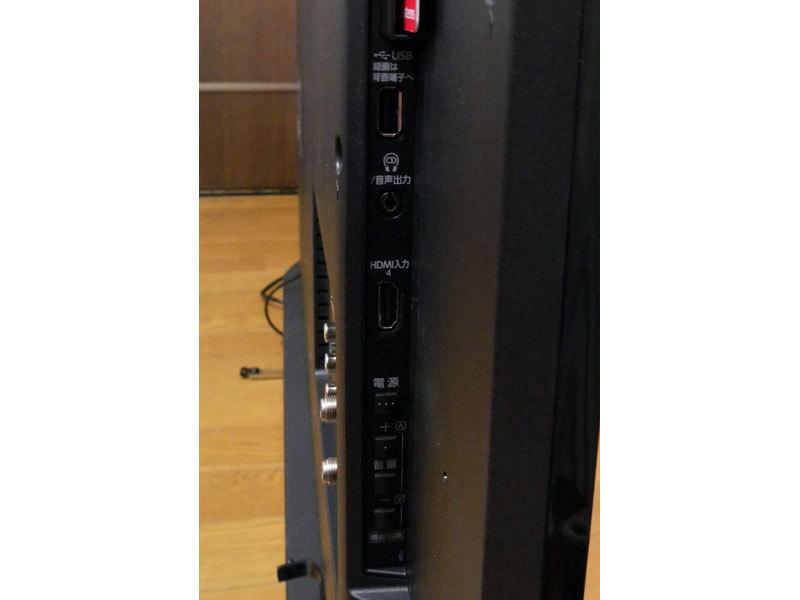 サイドには汎用USBとイヤホン端子、HDMI入力が1つ