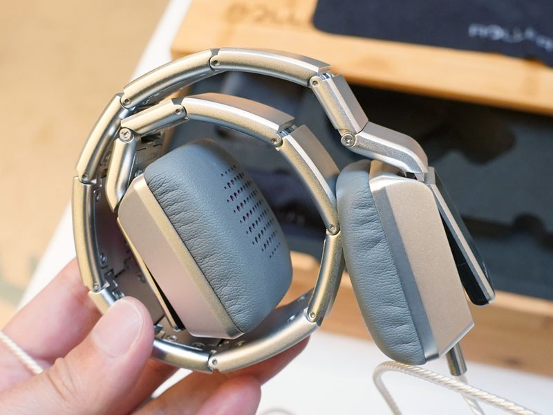 時計工場の職人が手作りしたというヘッドフォン「ROLLER MK01」