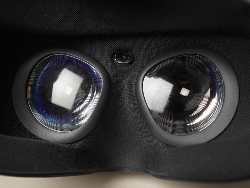 眉間の部分にセンサーを装備。装着を検知している