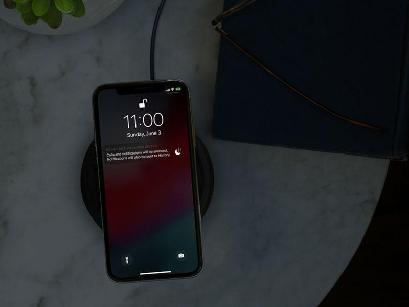就寝時には着信を禁止すると、ディスプレイを暗くしてロック画面のすべての通知を隠せる