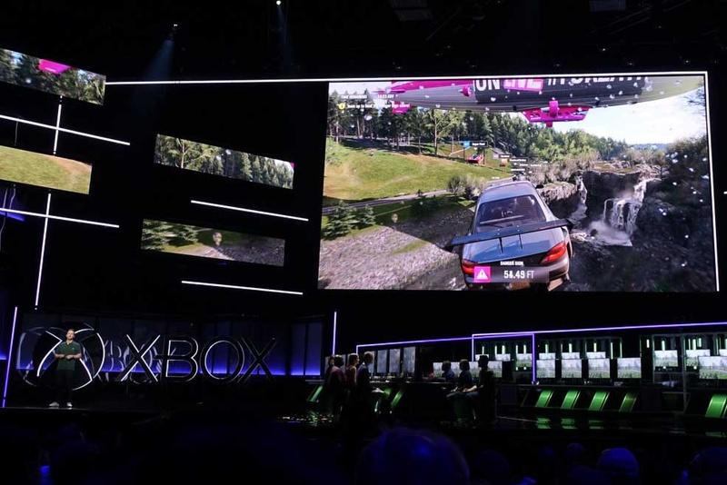 マイクロソフトのヒットレースゲーム「Forza Horizon」の新作「4」が登場。春夏秋冬、季節変化の要素が採り入れられることが発表されると、天井からは大量の「落ち葉」が(もちろん本物ではなく、紙製)