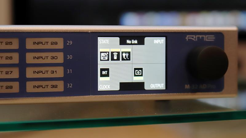 前面パネルの液晶ディスプレイで接続機器のステータスを表示
