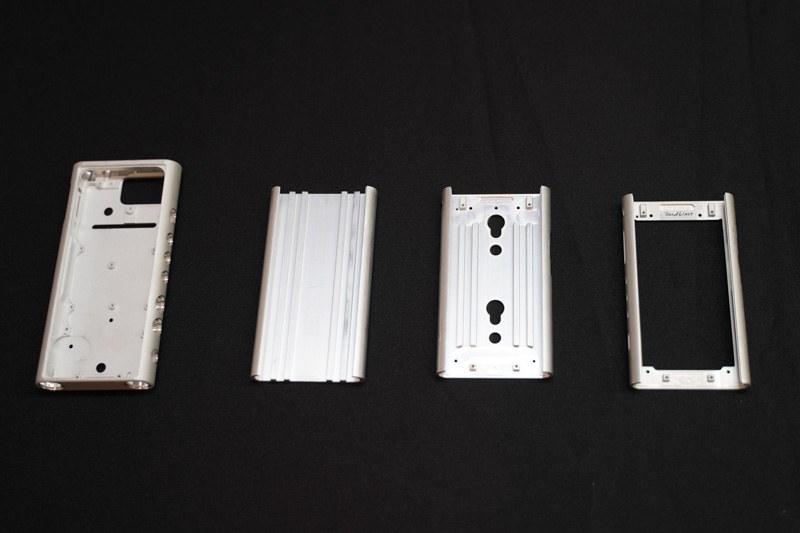 左がZX300。コストを抑えるために、一度に1個ずつ加工するのではなく、加工をある程度進めたアルミを使って作られていく