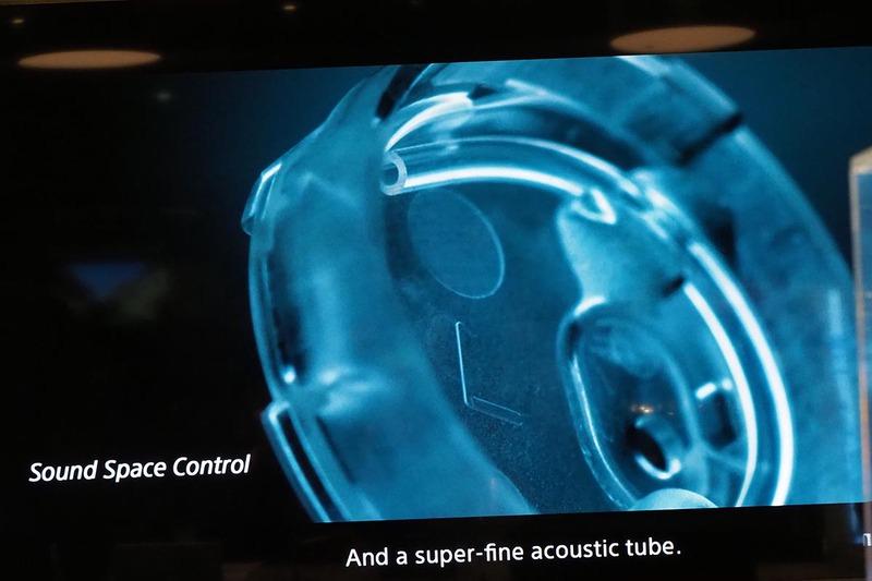 ハウジング内の極細なチューブを配置。空気の動きで振動板をコントロール
