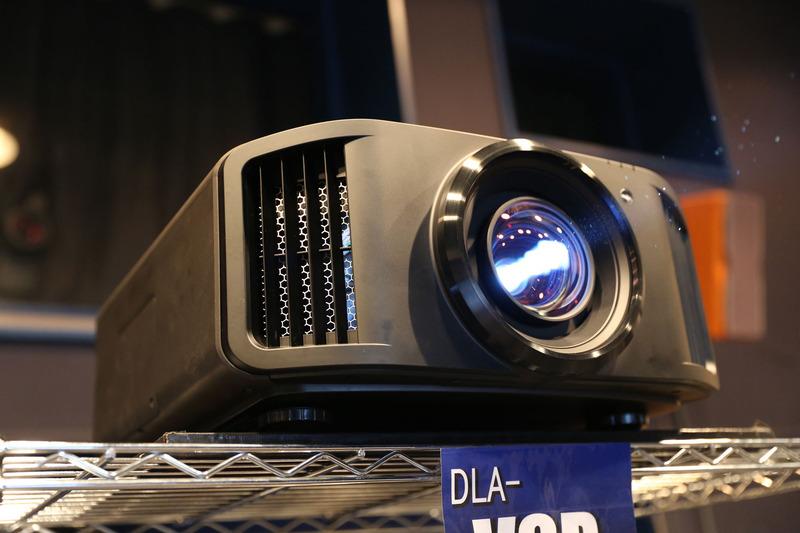 8K解像度表示を実現するD-ILAプロジェクタ「DLA-V9R」 ※外観は海外仕様のため、市販されるものとは異なる
