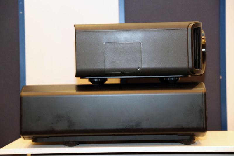 フラッグシップモデル「DLA-Z1」(写真下)とDLA-V9R(写真上)の筐体比較