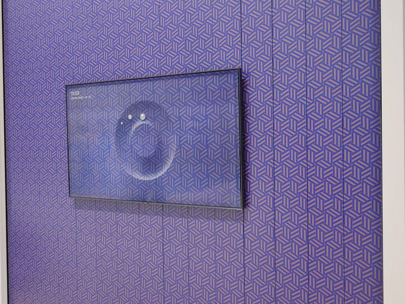 サムスンが提案する壁紙テレビ。テレビ非使用時にスマホで撮影した壁紙を映すことで、悪目立ちする存在感を薄めようと試みている
