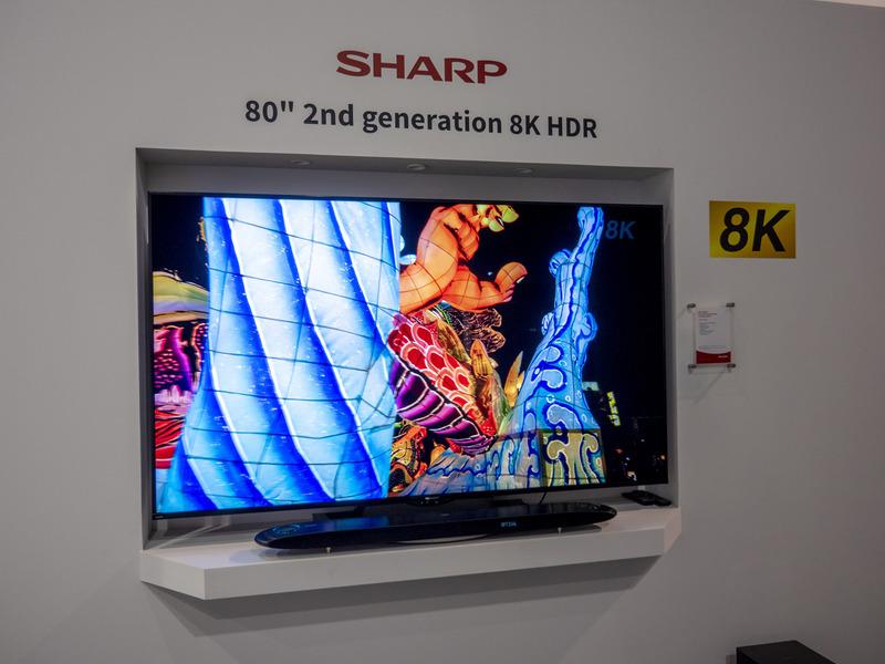 シャープは今回のIFAで、第2世代となる8Kテレビを持ち込んだ。画像は80型テレビとビームフォーミング技術を搭載したアップミックス対応の5.1.4chイマーシブサウンドバー