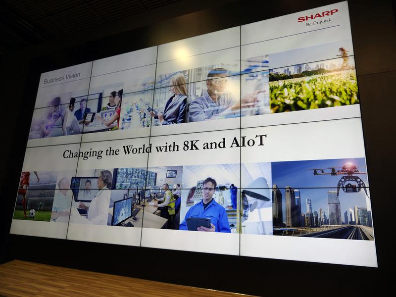 シャープのプレスカンファレンスで最初に提示されたメッセージ。8KとAIoTを中核技術として、今後も世界市場に挑む