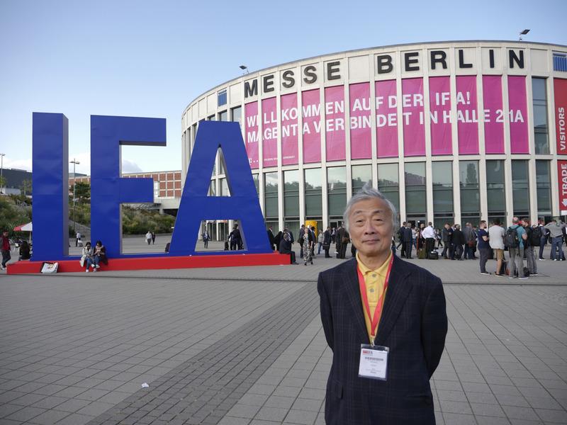 今年もベルリンに最新家電製品が集う季節になりました。会場となったメッセベルリンの南入場門前で、今回も恒例の記念撮影