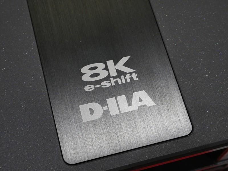 JVCケンウッドが発表した、世界初の民生用8Kホームプロジェクター。4Kデバイスを使ったe-shift方式で、サムスンの8Kテレビと同じくメインは4Kなどのアップコンバート。ネイティブ8Kプロジェクターが家庭にやって来るのはもう少し先になる模様