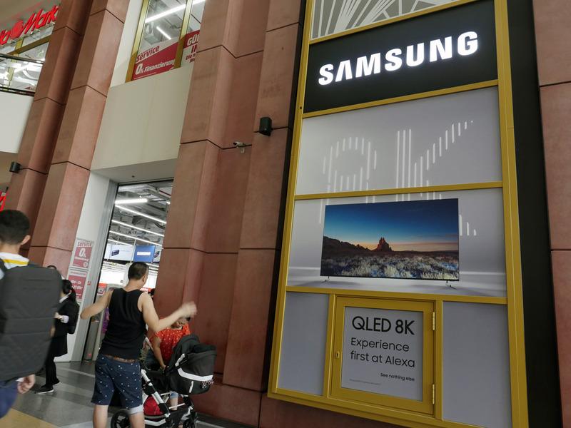 東ベルリンはアレクサンダープラッツのショッピングモールに入っている家電量販店「Media Markt」。驚いたことに、発表されたばかりの8Kテレビが店舗入口で大々的に宣伝されていた