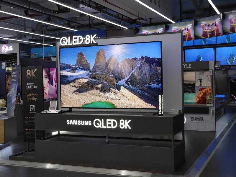 同店舗のテレビ売り場。エスカレーターを降りてすぐの一等地に、サムスンの最新8Kテレビが陣取っていた。当日の価格は6,999ユーロで、日本円に換算するとだいたい100万円