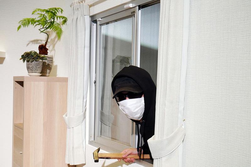 窓の開閉センサー(上)などで自宅の異常を検知