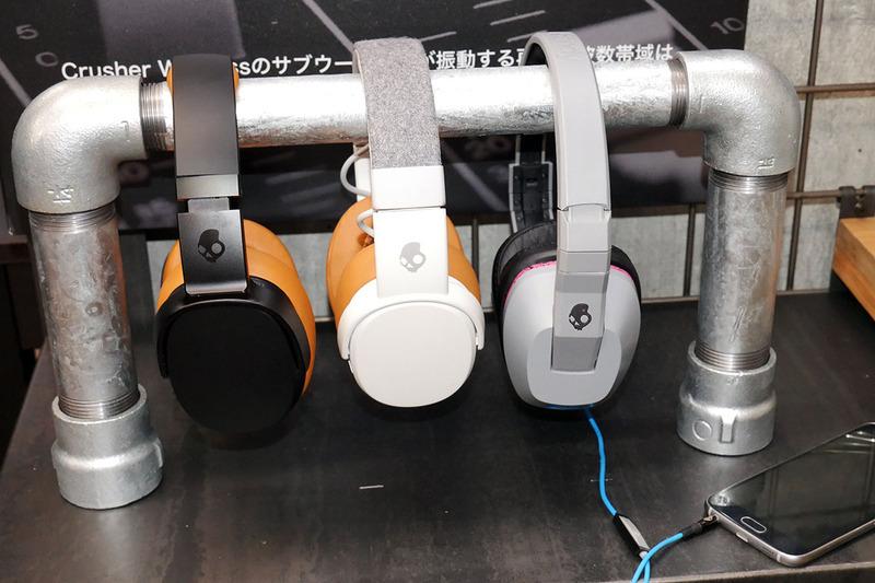 Crusher 360(左)。中央は'17年発売「Crusher Wireless」、右が有線の初代CRUSHER