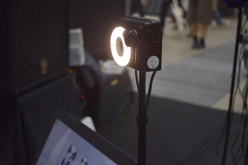 スティックの先端にある反射板の動きをモーションキャプチャカメラで撮影
