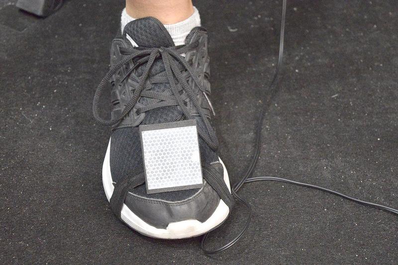 足にも反射板を着けて認識させる