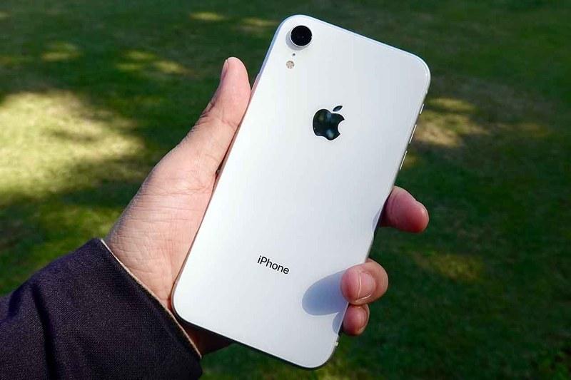 iPhone XR。今回試用したのは、ホワイトのモデル