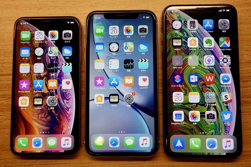 左から、iPhone XS・XR・XS Max。5.5インチ・6.1インチ・6.5インチと並ぶので、見事な「三兄弟」感