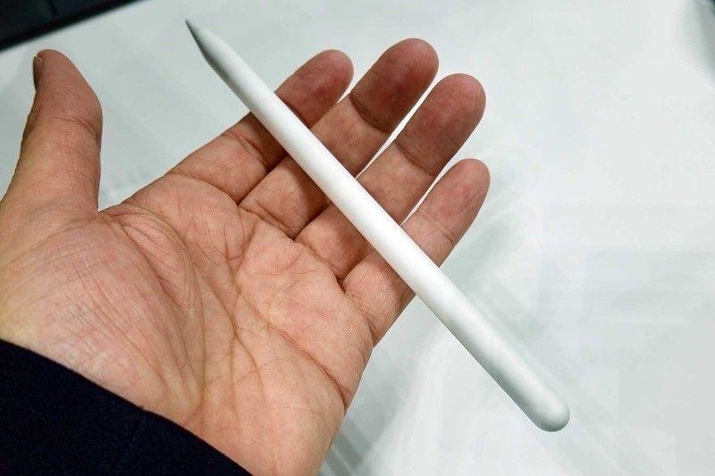 第二世代Apple Pencil。新iPad Pro専用で、大幅にリニューアルした。本体につける関係もある、一辺だけが平らになっている。
