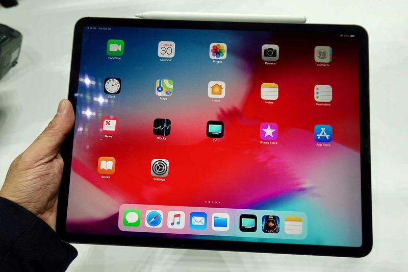 iPad Pro 12.9インチモデル(スペースグレー)。ベゼルが均一になったのでかなりコンパクトになった印象を受ける。