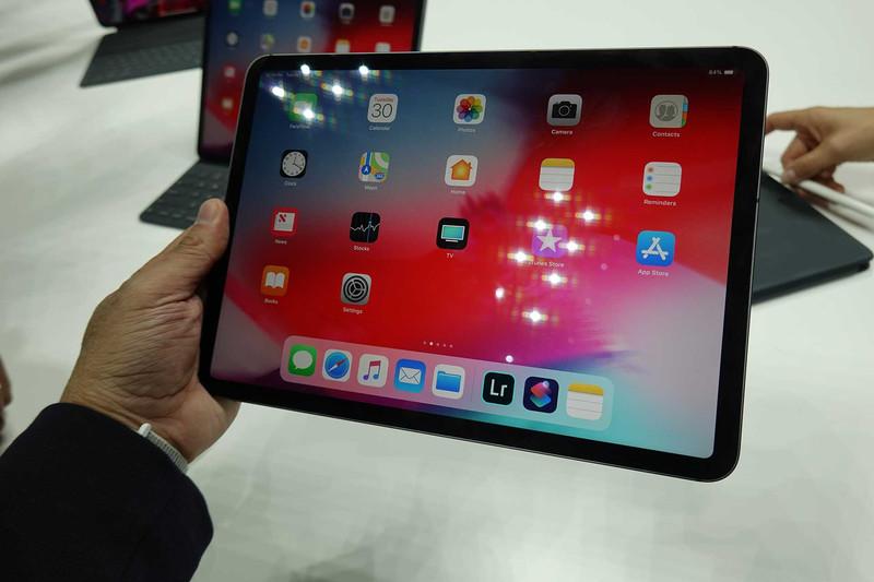 iPad Pro 11インチモデル(スペースグレー)。従来の10.5インチモデルにかなり近いサイズだが、ディスプレイは一回り大きくなった。