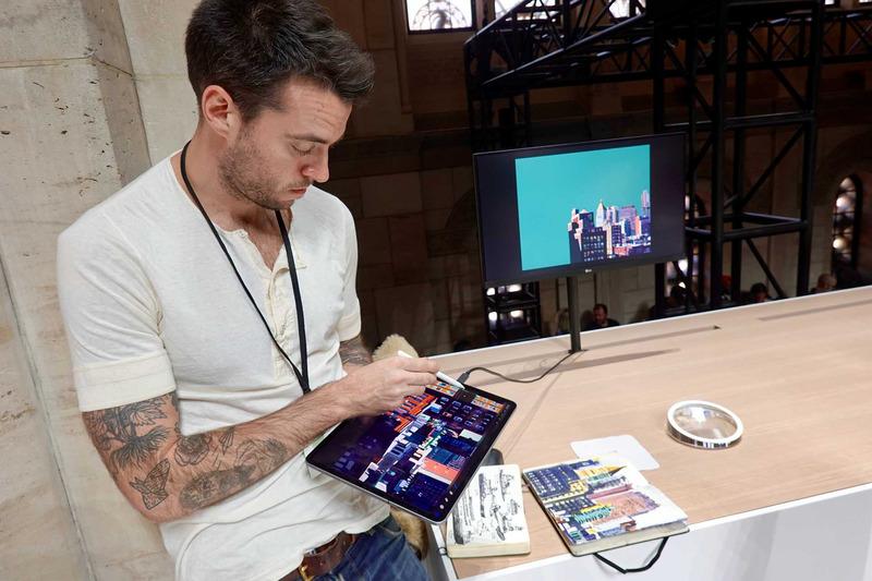 iPad Proを4Kディスプレイに、USB-Cを介して直接接続して絵を描くデモ。iPad Proの上では拡大して書いているが、ディスプレイの方には全体で9K×9Kの絵が表示され、次第に出来上がっていくのがわかった