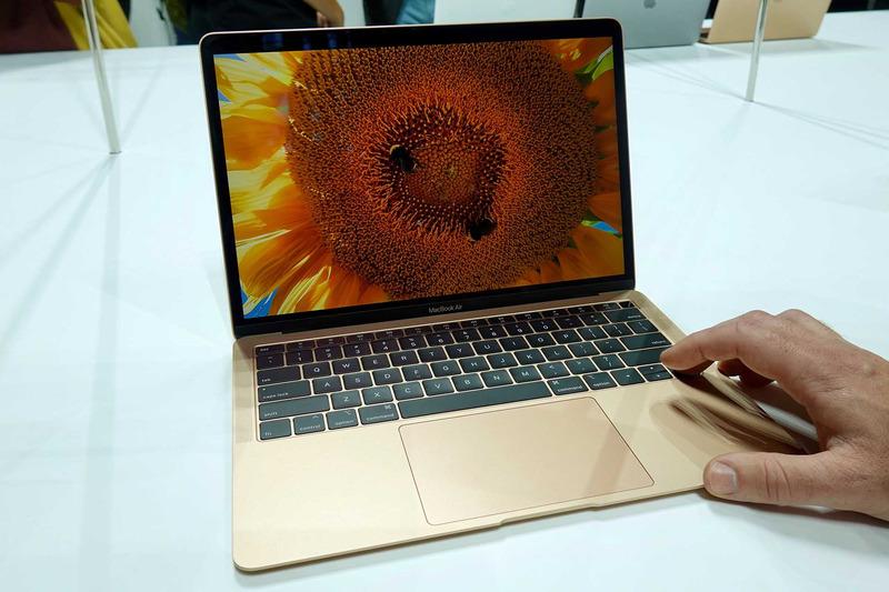 MacBook Air・ゴールドモデル。このカラーだと、13.3インチになったMacBook、という印象も