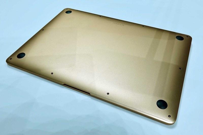 本体底面。この丸みを帯びた形はまさに「MacBook Air」だ。