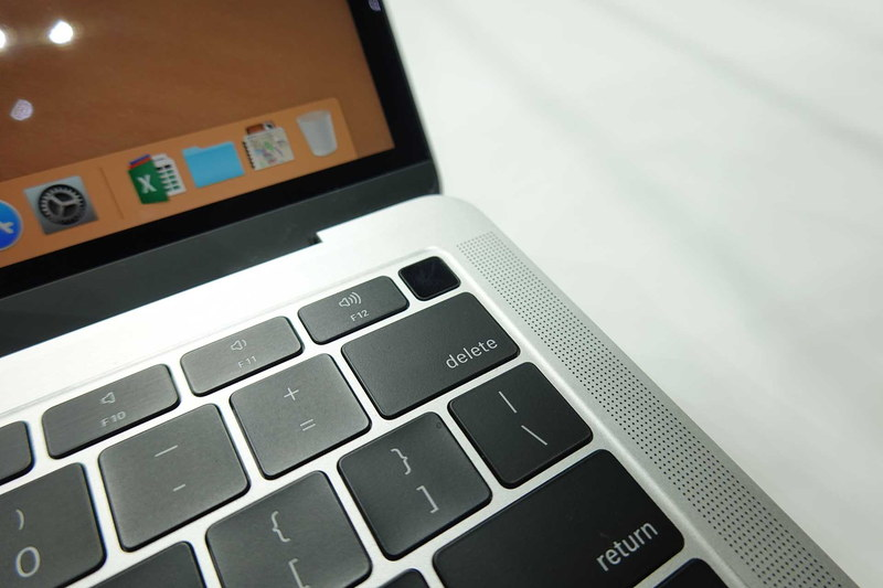 キーボード面左上に搭載された「Touch ID」。MacBook Proのそれと同じく、電源キーを兼ねている