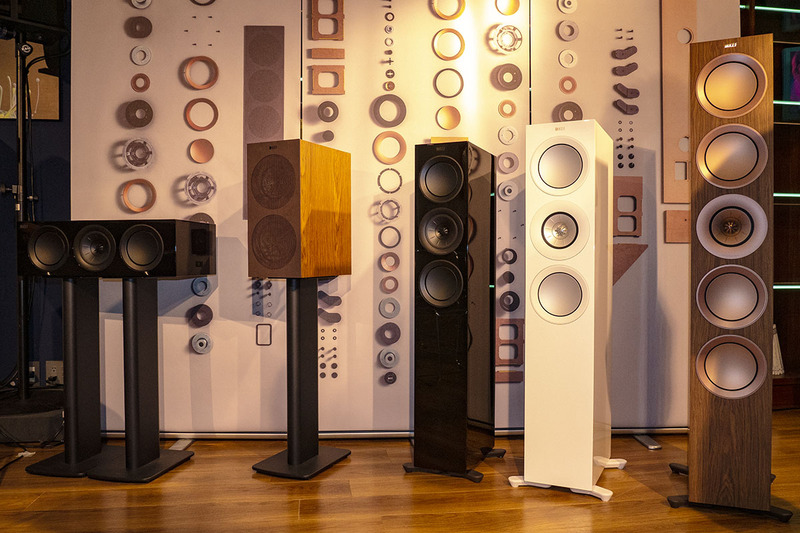 KEF「New Rシリーズ」。(右から)R11、R7、R5、R3、R2c