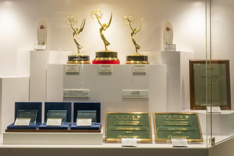 世田谷区砧の放送技術研究所に展示されている表彰の数々。日本のみならず世界のテレビ放送技術をリードし続けてきたNHKは、人類の映像文化を革新し続ける組織である