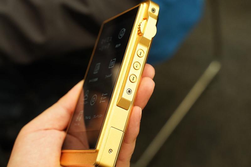 DX200の筐体を無酸素銅で作り、金メッキを施し、内部回路も刷新したという「DX200Gold」