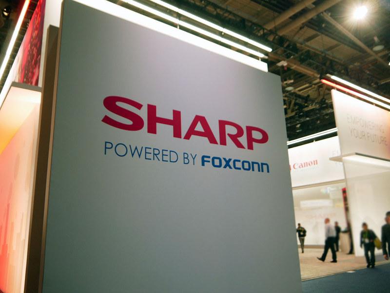 BtoB向け液晶ディスプレイ製品の展示では「POWERD BY FOXCONN」を訴求