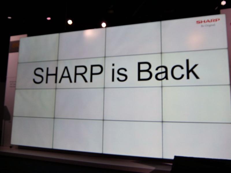 「SHARP is Back」のスライドを掲げ、4年ぶりに、セントラルホールに出展したことを説明