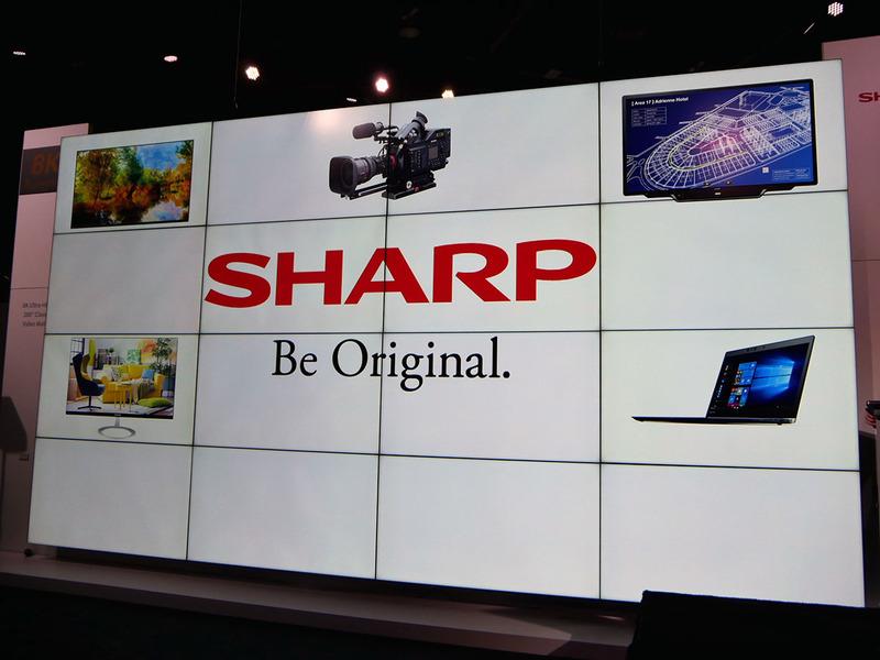 説明会のスライドは、ブースに展示された16枚のディスプレイを組み合わせた280型相当の8Kビデオウォールに表示した