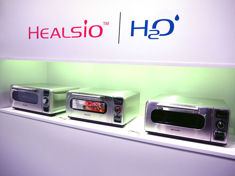 ヘルシオブランドの過熱水蒸気オーブンを展示