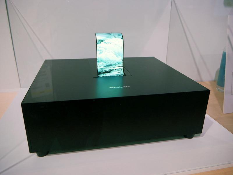 自由に曲げられるフレキシブル有機ELディスプレイを展示した