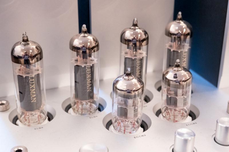 JJ製ECC83(写真前列の2本)と、JJ製出力管EL84(写真後列の4本)
