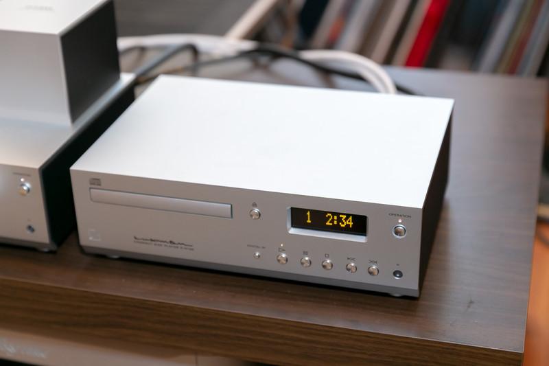 日本製の高性能ドライブを採用したCDプレーヤー「D-N150」。新たにデジタル入力に対応した