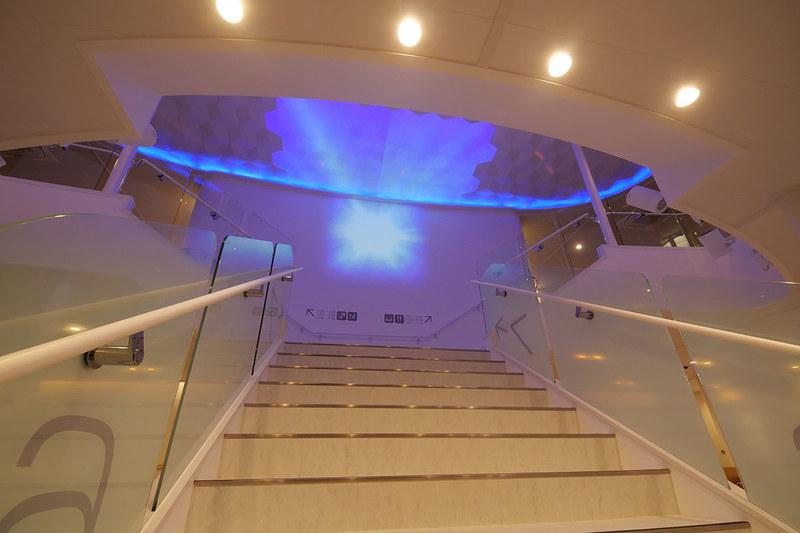 船内の中央階段で実施されるプロジェクションマッピングショー