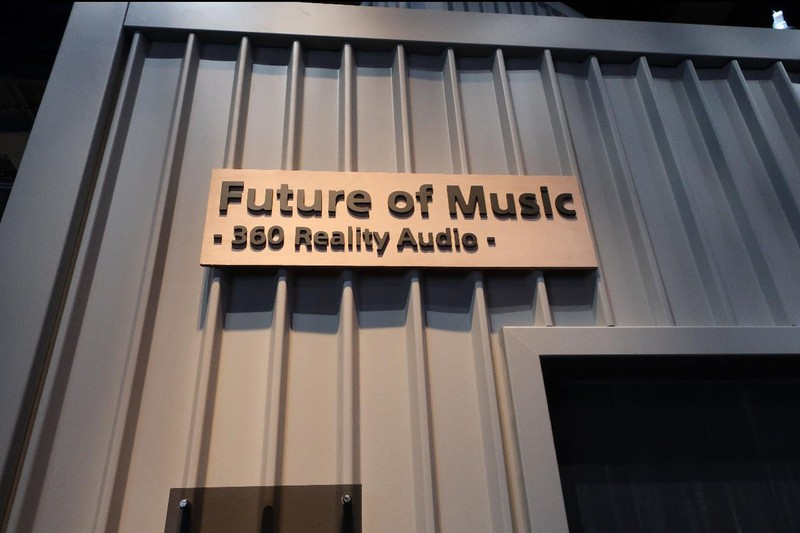 ソニーが新方式「360 Reality Audio」を発表。劇場やホームシアターを想定した多スピーカーを用いる他方式と違い、こちらは頭部伝達関数を使用したヘッドフォン向けのフォーマットになる予定だという