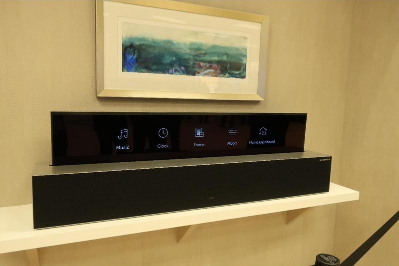 画面の収納というテレビの常識を覆す機能で、インテリアプランがより柔軟に。部屋の中央や窓際はもちろん、壁面に置いても使わない時は画面を収納することで、壁に掛けた絵画を出すことが可能。完全に収納するとスピーカーボックスになるという提案も新しい